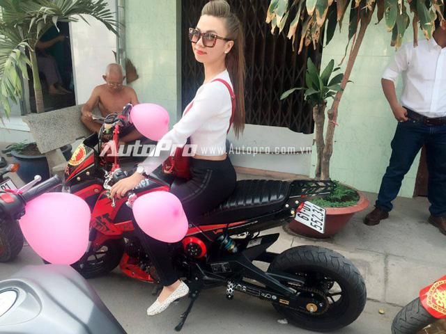 Đáng chú ý, trong đoàn rước dâu là có sự xuất hiện của hot girl 9X, Đinh Thùy Ý Nhi. Đây là cô gái đang nổi tiếng trong cộng đồng mạng với bộ ảnh nóng bỏng bên chiếc Honda MSX 125 độ 100 triệu Đồng của mình.