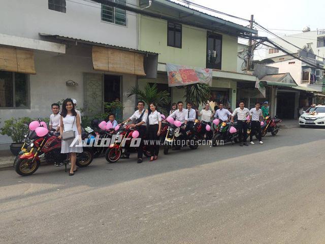 Được biết, đây là đám cưới của một thành viên trong nhóm chơi Honda MSX 125 tại Sài Gòn. Do đó, nhiều bạn bè có chung niềm đam mê với chiếc xe tay côn cỡ nhỏ đã đến rước dâu để chung vui.