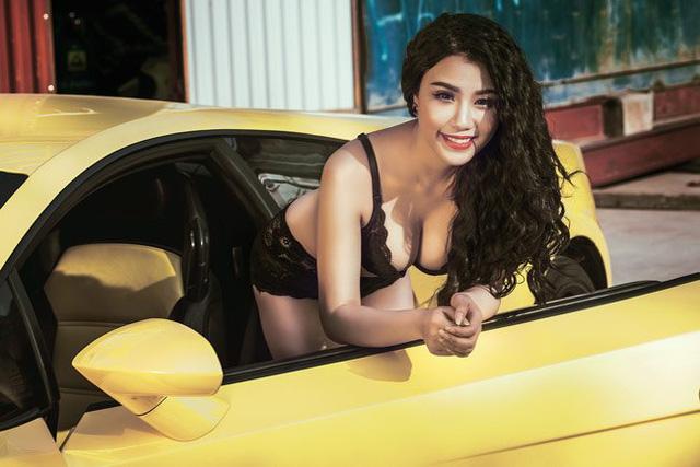 Được biết, siêu xe Lamborghini Gallardo xuất hiện trong bộ ảnh nóng bỏng của Linh Miu thuộc sở hữu của một đại gia kinh doanh gas tại Hà thành. Ngoài Lamborghini Gallardo màu vàng, đại gia này còn sở hữu một số siêu xe khác như Lamborghini Murcielago LP640 và Ferrari 458 Italia.