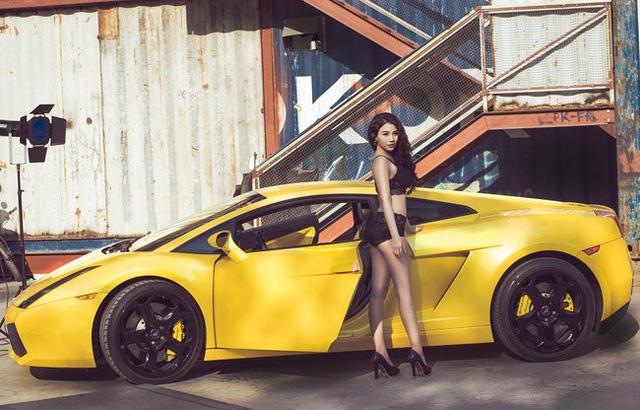 Sau bộ ảnh khá mát mẻ gây tranh cãi trong cộng đồng mạng thời gian qua, hot girl Linh Miu tiếp tục cho ra mắt bộ ảnh mới. Trong đó, hot girl Hà thành dường như thu hút nhiều sự chú ý hơn khi mặc đồ lót và tạo dáng nóng bỏng bên cạnh siêu xe Lamborghini Gallardo màu vàng rực.