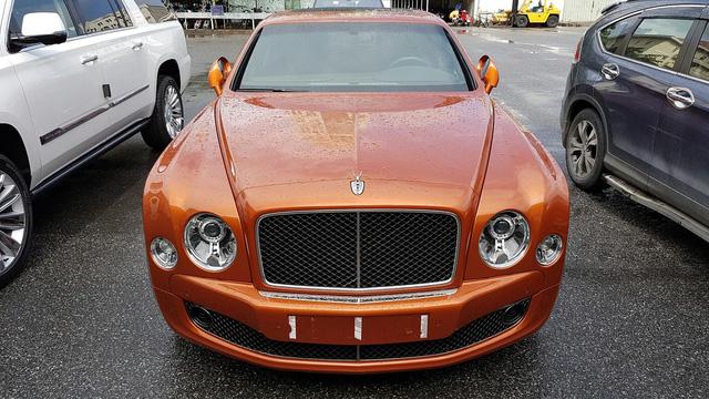 Đây là mẫu Bentley Mulsanne Speed màu cam (cà rốt) độc nhất tại Việt Nam.