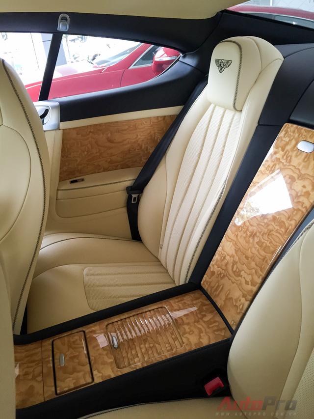 Vì mang kiểu dáng coupe với 2 cửa nên hàng ghế phía sau không quá rộng rãi. Tuy nhiên, Bentley không quên trang hoàng cho không gian sau với các tiện nghi sang trọng.