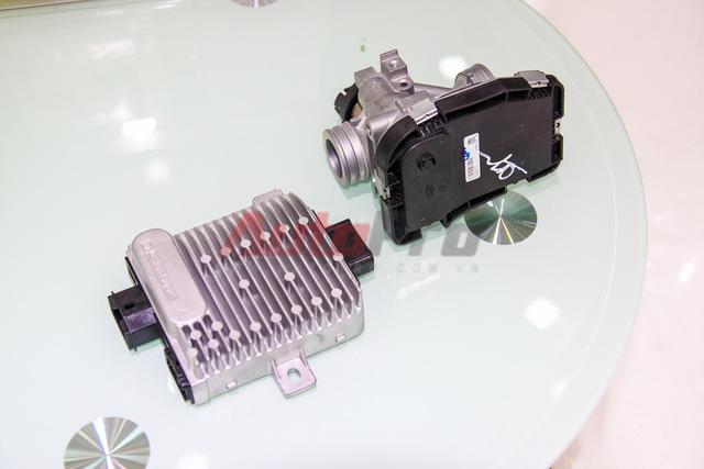 ECU của Honda (bên trái) tương đối cồng kềnh do tích hợp IC và xạc. Trong khi đó ECU của Vespa (phần màu đen, bên phải) làm việc độc lập. ECU của Vespa được gắn sẵn lên họng ga.