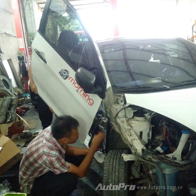 '' Anh Minh cùng những người thợ kỹ thuật của xưởng độ cùng nhau nghiên cứu và thử nghiệm độ cửa cắt kéo cho chiếc xe Kia Morning. ''