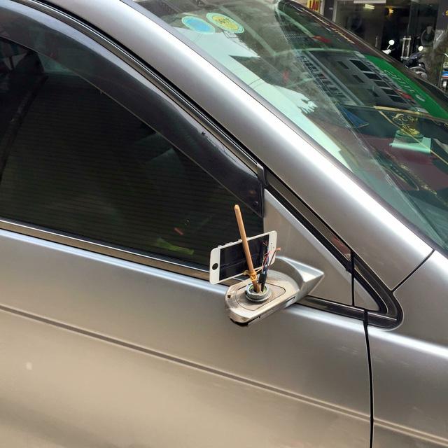 Một chủ cửa hàng điện thoại còn sử dụng mặt sau của màn hình iPhone để làm gương chiếu hậu cho tiết kiệm vì đây là phụ kiện nhà trồng được.