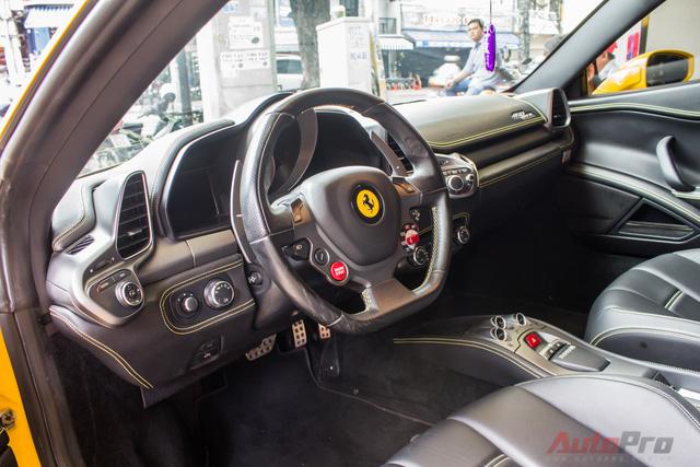 Bước vào xe, người lái dễ nắm bắt được các hệ thống điều khiển vì nội thất của Ferrari 458 Italia không quá phức tạp.