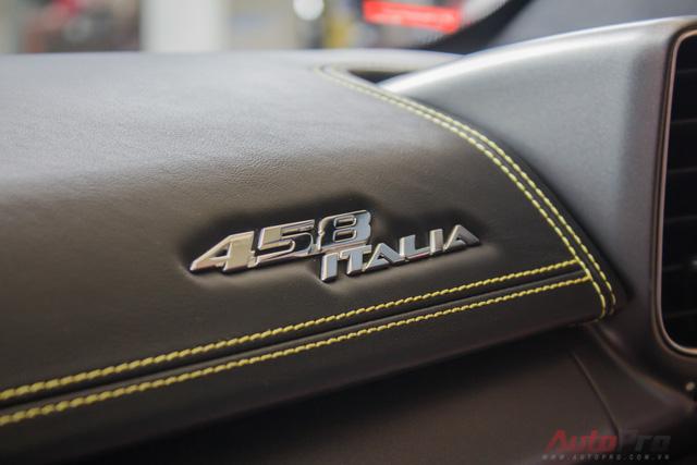 Logo 458 Italia được đính ngay trên bảng táp lô. Tên gọi này xuất phát từ động cơ 4.5L và V8.