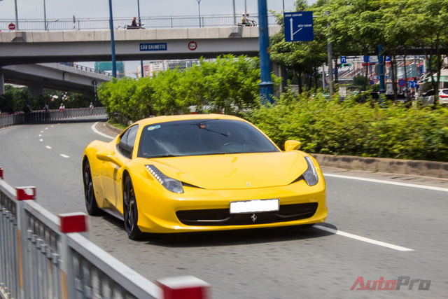 Ferrari 458 được trang bị động cơ V8 phun nhiên liệu trực tiếp, 4.5L, sản sinh công suất cực đại 570 mã lực tại 9.000 vòng/phút, mô-men xoắn cực đại 540Nm tại 6.000 vòng/phút. Đi kèm với đó là hộp số ly hợp kép 7 cấp được thiết kế đặc biệt. Những trang bị đó giúp Ferrari 458 tốn 3,4 giây để đạt vận tốc 100 km/h từ vị trí xuất phát. Tốc độ tối đa 325 km/h.