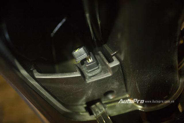 Cổng USB giúp các lái xe điều khiển Vespa Sprint ABS có thể xạc các thiết bị ngoại vi.