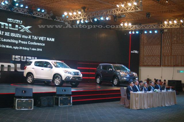 Chiếc SUV 7 chỗ, Isuzu MU-X được nhập khẩu nguyên chiếc từ Thái Lan đang trở thành đối thủ khó chịu của những Toyota Fortuner hay Ford Everest thế hệ mới tại thị trường Việt Nam khi được định giá rẻ hơn từ 200 đến 500 triệu Đồng.