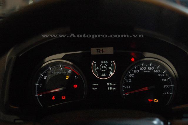 Cụm đồng hồ thể hiện nhiều thông số cơ bản của xe như mức tiêu thụ nhiên liệu, quãng đường đi và các trang bị an toàn của xe.