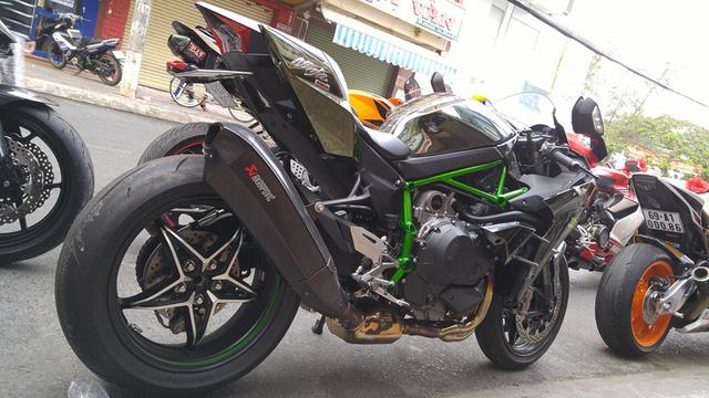 Thay cho ống xả nguyên bản, Kawasaki Ninja H2 trong buổi rước dâu tại Cà Mau được trang bị pô Akrapovic.