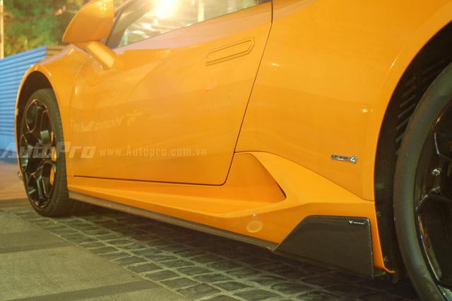 Bên cạnh cánh lướt gió trước, hông xe cũng được trang bị đồ chơi bằng sợi carbon ấn tượng. Theo nhà độ Vorsteiner, ốp hông bằng sợi carbon có giá 3.605 USD, tương đương 81 triệu Đồng.