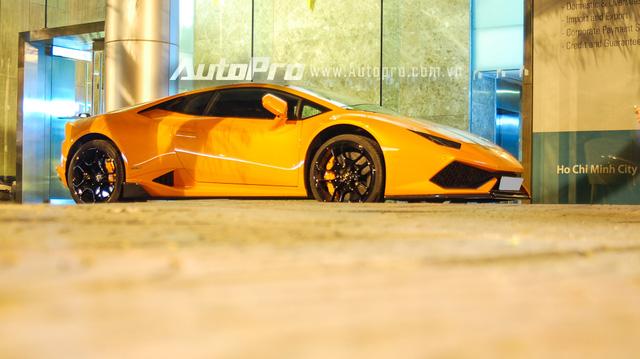Ngoài ra, một chi tiết cũng khá thú vị là cả 2 chiếc Lamborghini Huracan tại Việt Nam lên gói độ trên đều sở hữu ngoại thất cam nổi bật cùng bộ la-zăng nan hoa sơn đen bóng.