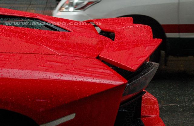Trong lần tắm mưa trên phố Sài thành, phần cánh lướt gió phía sau của chiếc Lamborghini Aventador mui trần cũng được bung cánh trông khá ngầu. Chủ nhân của chiếc siêu xe có thể điều khiển cánh lướt gió phía sau thông qua nút bấm bên trong khoang lái. Khi siêu bò đạt vận tốc trên 80 km/h, phần cánh lướt gió này sẽ tự động nhô lên.