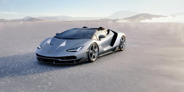 Thiết kế của Lamborghini Centenario mui trần mang đậm tính khí động học khi được bố trí nhiều hốc hút gió. Xe sở hữu cấu trúc khung thân monocoque đặc biệt và có tổng trọng lượng 1.570 kg.