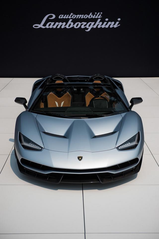 Trên thực tế, Lamborghini Centenario đã được giới thiệu hồi tháng 3 với thông tin sản xuất giới hạn 20 chiếc coupe và 20 chiếc mui trần. Cả 40 chiếc đều đã có chủ nhân trước khi ra mắt. Tuy nhiên, tới nay, bản mui trần mới bước ra ánh sáng. Trong khi, bản coupe đã được trình làng tại triển lãm Geneva 2016.