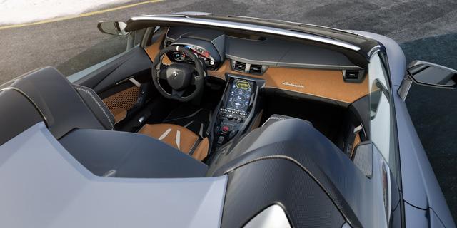 Nội thất của Lamborghini Centenario được trang bị nhiều công nghệ tân tiến, bao gồm: màn hình cảm ứng 11 inch, hệ thống Apple CarPlay, các tùy chọn camera,... Gói nội thất Argento Centenario tiêu chuẩn nhưng khách hàng hoàn toàn có thể cá nhân hóa theo yêu cầu.