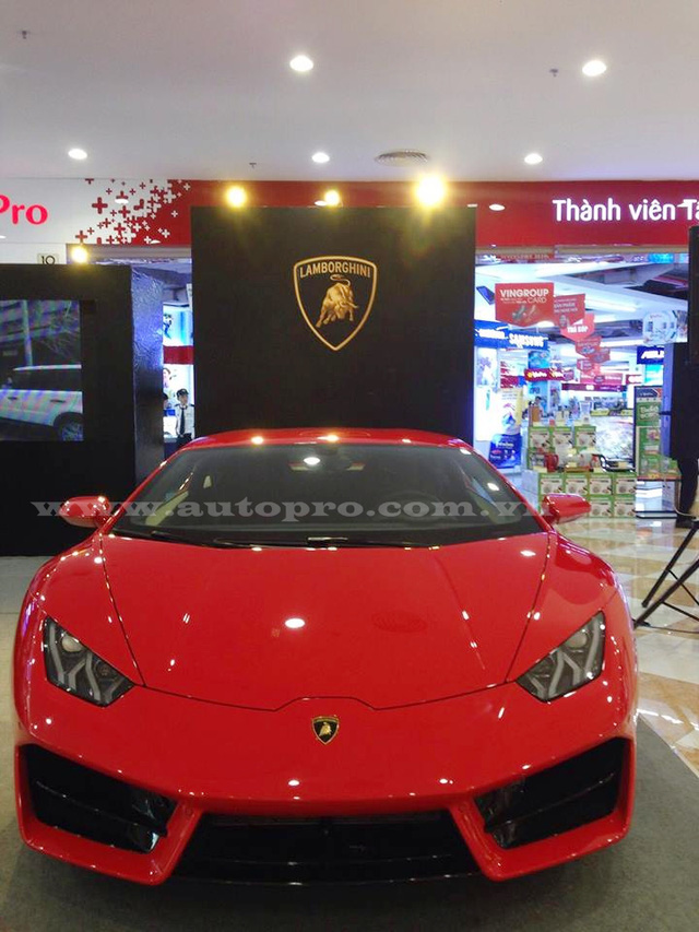 Sau 4 tháng được đưa về nước, siêu xe Lamborghini Huracan LP580-2 độc nhất vô nhị tại thị trường Việt Nam được đem ra Đà Nẵng để trưng bày cũng như tìm kiếm khách hàng tiềm năng.