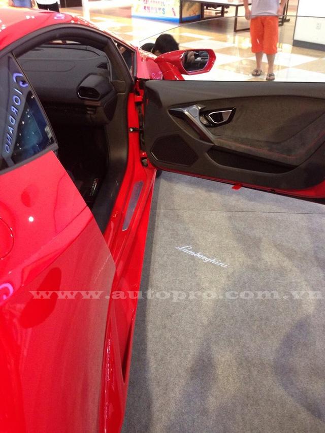 Với hệ dẫn động cầu sau, Lamborghini Huracan LP580-2 nặng 1.389 kg, nhẹ hơn 33 kg so với Huracan LP610-4. Trọng lượng được phân bổ theo tỷ lệ 40% trước và 60% sau.