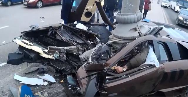 Người điều khiển bị kẹt trong khoang lái sau vụ tai nạn kinh hoàng.