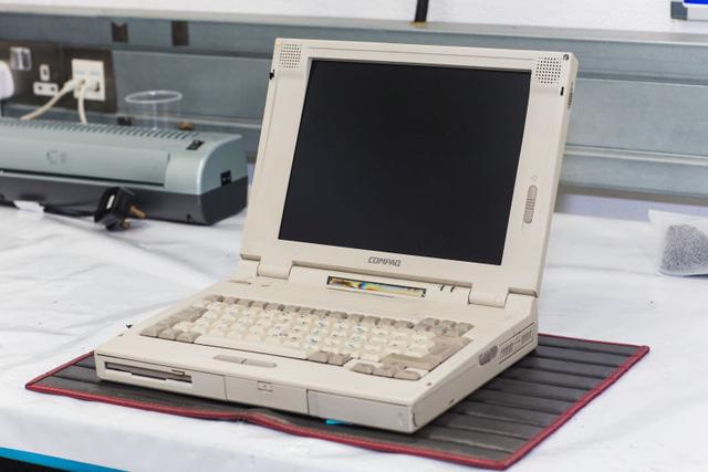 Chiếc máy tính Compaq mà các nhân viên phải gắng sức tìm được để có thể tương thích với phần mềm của xe cũ
