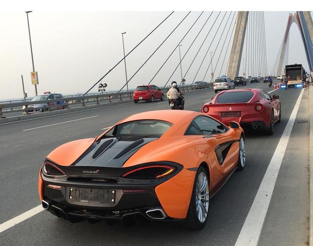 McLaren 570S màu cam dạo phố cùng Ferrari F12 Berlinetta. Ảnh: Bảo Việt.