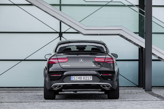 Theo hãng xe Đức, Mercedes-AMG GLC 43 4Matic Coupe hoàn toàn có thể chạy off-road nhờ khả năng lội nước 300 mm, góc tới 19,8 độ và góc thoát 20,8 độ. Đó là còn chưa kể đến khả năng kéo lên tới 2.460 kg của Mercedes-AMG GLC 43 4Matic Coupe.