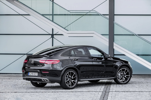 Ngoài động cơ mạnh mẽ, Mercedes-AMG GLC 43 4Matic Coupe có cả hệ thống treo thể thao với tính năng kiểm soát thân vỏ Air Body Control và giảm chấn thích ứng.