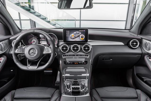 Bên trong Mercedes-AMG GLC 43 4Matic Coupe là không gian nội thất màu đen với những điểm nhấn màu đỏ, bộ phụ kiện bằng nhôm và ghế thể thao.