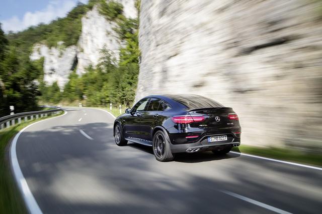 Động cơ mạnh mẽ cho phép Mercedes-AMG GLC 43 4Matic Coupe tăng tốc từ 0-100 km/h trong thời gian chỉ 4,9 giây và đạt vận tốc tối đa giới hạn điện tử 250 km/h. Đây là thông số tương đương với kỳ phùng địch thủ BMW X4 M40i.