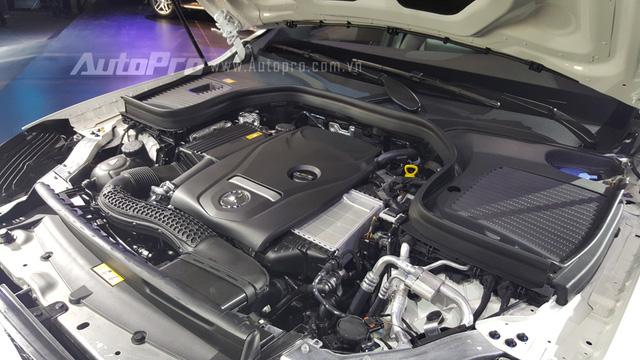 Ngoài ra, còn có phiên bản mạnh mẽ là GLC 300 AMG trang bị động cơ xăng 4 xi-lanh, tăng áp, dung tích 2.0 lít, sản sinh công suất tối đa 245 mã lực và mô-men xoắn cực đại 369 Nm. Sức mạnh được truyền tới cả 4 bánh thông qua hộp số tự động 9 cấp, tương tự Mercedes-Benz GLC 250 4Matic 2016.