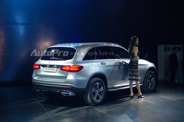 Theo đó, các khách hàng Việt sẽ có tùy chọn 7 màu sắc ở ngoại thất và bên trong khoang lái là 4 gam màu. Mức giá bán chính hãng của phiên bản GLC 250 4Matic là 1,769 tỷ Đồng và GLC 300 AMG có giá 1,919 tỷ Đồng. Tại buổi ra mắt dòng xe GLC hoàn toàn mới, đại diện Mercedes-Benz tiết lộ đã có 650 đơn đặt hàng và dự kiến giao xe từ tháng 6/2016.