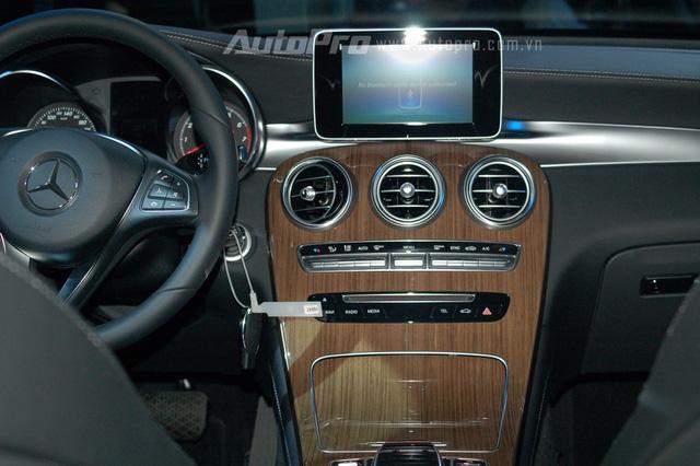 Có thể thấy không gian nội thất của Mercedes-Benz GLC được thừa hưởng khá nhiều từ dòng C-Class sang trọng, trong đó, điểm nhấn đáng chú ý nằm ở bảng táp-lô và cụm điều khiển trung tâm được ốp vân gỗ sang trọng.