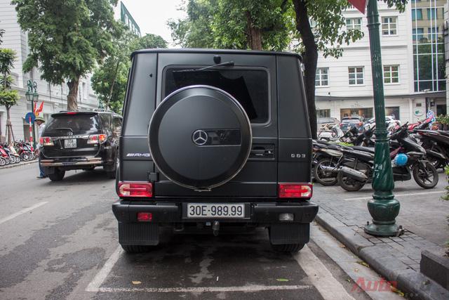 Xe vừa được chủ nhân cho dạo phố Hà Nội đúng dịp Quốc khánh (2/9). Toàn bộ thân xe mang màu sơn đen mờ. Đáng chú ý, bậc lên xuống và hộp bảo vệ lốp dự phòng, cản bảo vệ dưới đầu xe đều được làm từ thép không gỉ.