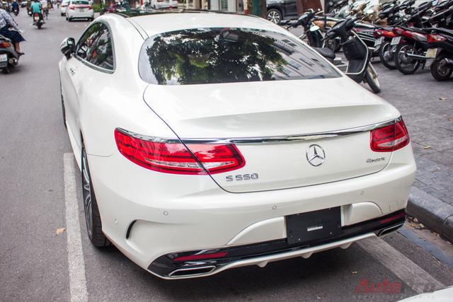 Đuôi xe nổi bật với cụm đèn hậu LED nằm ngang gợi cảm hơn. Thiết kế này tương tự như siêu xe Mercedes-AMG GT S.
