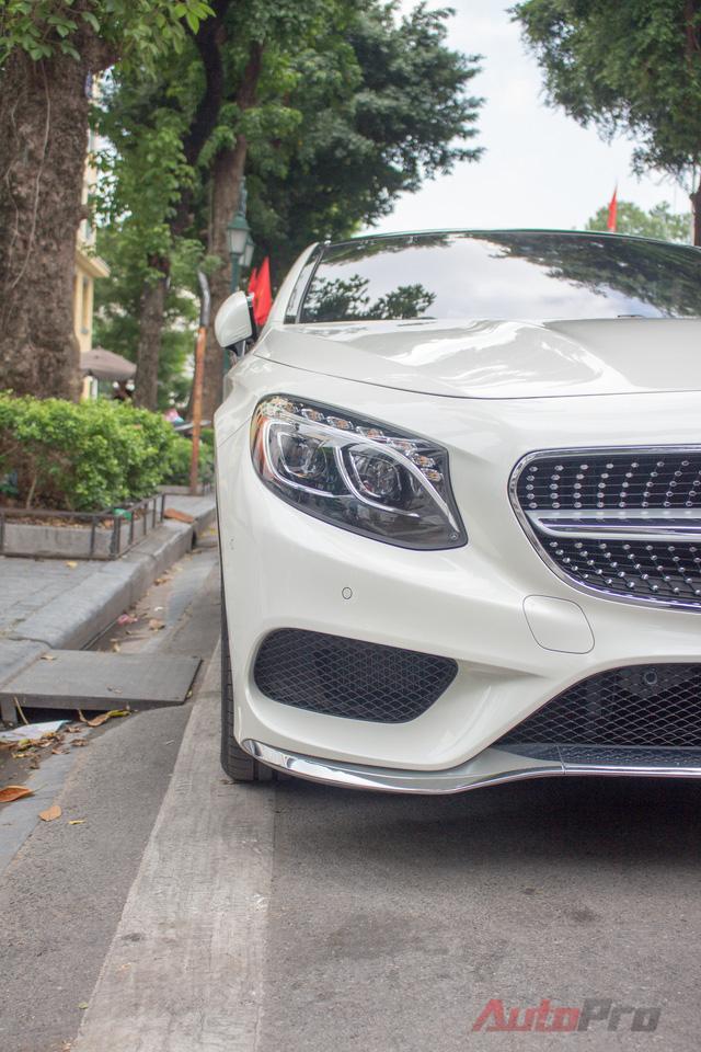 Đầu xe không còn đơn điệu với lưới tản nhiệt 4 thanh ngang như phiên bản sedan. Thay vào đó là kiểu thiết kế 1 thanh ngang mạ crôm sáng bóng cùng điểm nhấn là logo ngôi sao ba cánh được đặt chính giữa.