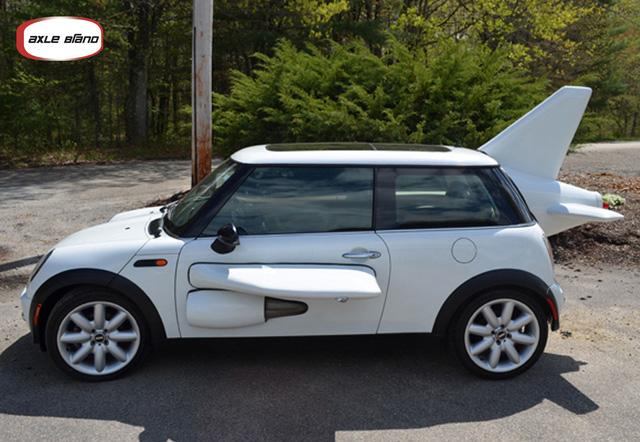 Trên mạng eBay, người đàn ông được cho là chủ nhân của chiếc MINI Cooper màu trắng này đã rao bán chiếc xe độ táo bạo với giá khởi điểm từ 12.500 USD.