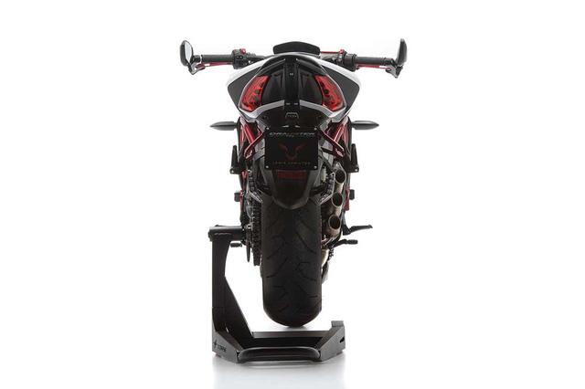 MV Agusta Dragster RR LH44 sử dụng động cơ 3 xi-lanh, 12 van, dung tích 798 phân khối, sản sinh công suất tối đa 140 mã lực tại vòng tua máy 13.100 vòng/phút và mô-men xoắn cực đại 86 Nm tại vòng tua máy 10.100 vòng/phút. Trọng lượng khô của xe đạt mức 168 kg.