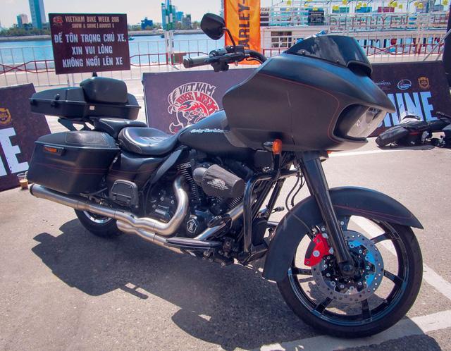 Tại thị trường Việt Nam, Harley-Davidson Road Glide 2015 có giá bán khoảng 1 tỷ đồng.