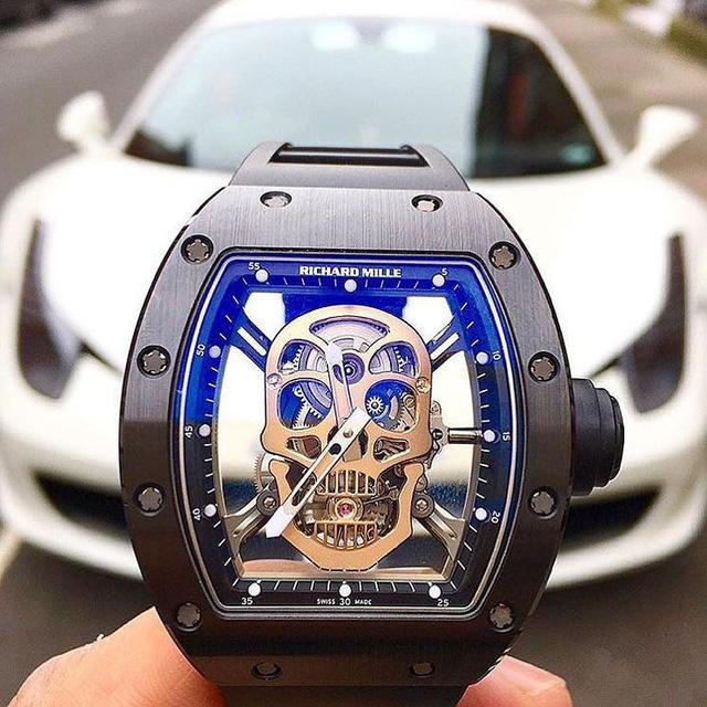 Lấy cảm hứng từ sự vĩnh cửu, RM052 Skull với thiết kế mặt đầu lâu được xem là một trong những thiết kế được ưa chuộng nhất của Richard Mille. Phần vỏ của RM 052 được chế tác từ ceramic, trong khi đó phần đầu lâu nổi bật giữa mặt đồng hồ được chế tác từ vàng, cùng cơ chế Tourbillon khiến chiếc đồng hồ này có giá lên đến 500,000 USD. Trong hình là chiếc đồng hồ Richard Mille RM052 Skull nổi bật bên chú ngựa Ferrari 458.
