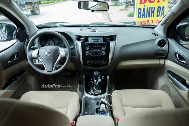 Nội thất đơn giản nhưng thực dụng của Nissan Navara EL đáp ứng đủ những yêu cầu cơ bản của các lái xe.