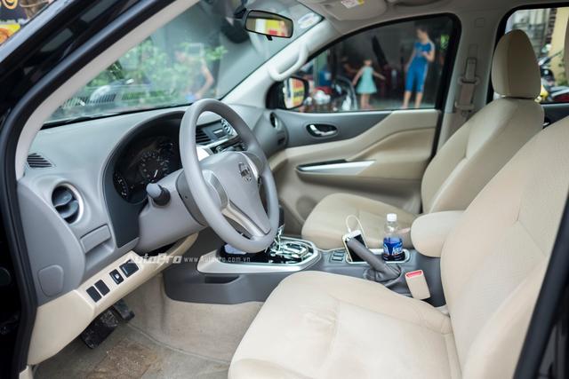 Ghế bọc nỉ cùng không gian nội thất ốp nhựa tuy không mang lại cảm giác sang trọng nhưng lại giúp giảm giá thành của Nissan Navara EL cũng như vừa đủ để phục vụ những nhu cầu cơ bản cho hành khách trên xe.