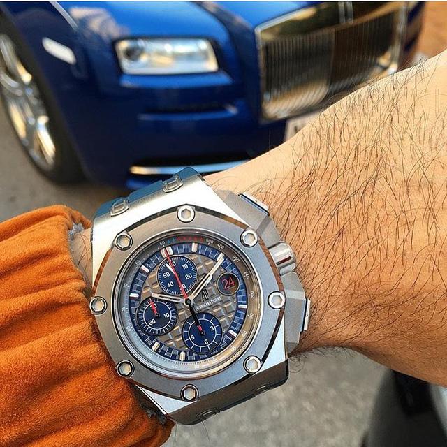 Chiếc đồng hồ Audemars Piguet (AP) Royal Oak Offshore Chronograph Micheal Schumacher cùng Roll Royce Wraith. Chiếc AP này sở hữu phần vỏ Platinum giới hạn chỉ 100 chiếc trên toàn thế giới. Đồng hồ này được đặt theo tên của nhà cựu vô địch đua xe F1 từng 7 lần vô địch thế giới và có giá khoảng 125,000 USD (tương đương gần 3 tỉ đồng)