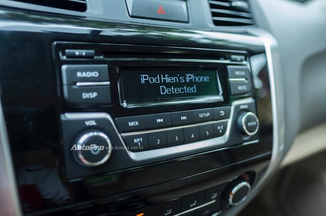Thông qua kết nối USB, Nissan Navara EL vẫn đủ thông minh để nhận diện các thiết bị ngoại vi để chơi nhạc qua dàn âm thanh 6 loa của mình.