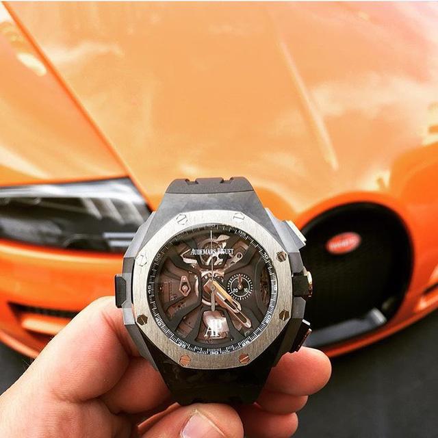 Đồng hồ AP Concept Laptimer sánh đôi cùng chiếc Bugatti Veyron màu cam nổi bật. Mất 5 năm để phát triển, chiếc Royal Oak Concept Laptimer được ra mắt để dành riêng cho những người đam mê Motorsport. Với thiết kế mạnh mẽ đi kèm với chức năng flyback và bấm giờ luân phiên liên tiếp, Royal Oak Concept Laptimer thực sự dành cho những ai muốn khẳng định mình trong giới chơi đồng hồ với mức giá lên đến 230,000 USD (khoảng 5 tỉ đồng)