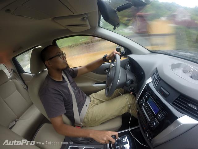 Vận hành Nissan Navara EL khá thoải mái với hộp số tự động 7 cấp 2WD.