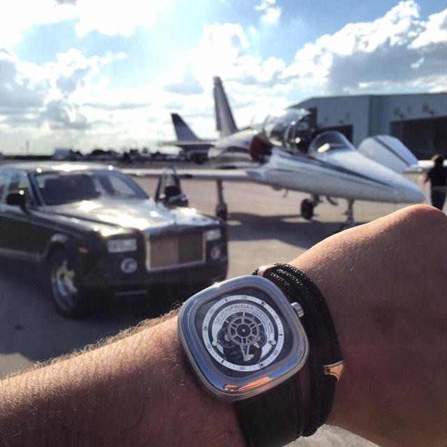 """Nhắc đến bộ đôi đồng hồ và xe hơi thì khó có thể bỏ qua """"món đồ chơi của giới nhà giàu"""" SevenFriday. Trong hình là chiếc SevenFriday P1B/01 tạo dáng bên Roll Royces Phantom. Những thiết kế của SevenFriday mang sự phá cách và trẻ trung – lí do đem đến sự thành công cho thương hiệu trẻ tuổi này. Chiếc P1B/01 với vỏ thép không gỉ và thiết kế ấn tượng này có giả chỉ khoảng 25 triệu đồng."""