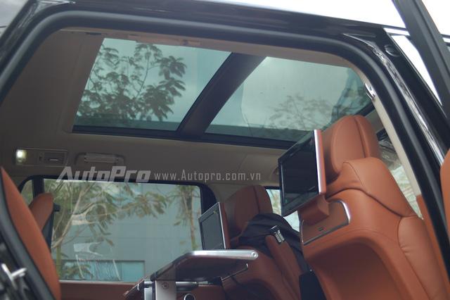 Hai màn hình giải trí được gắn phía sau tựa đầu ghế trước cùng cửa sổ trời toàn cảnh Panorama.