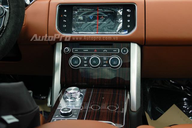 Bảng điều khiển trung tâm nổi bật với màn hình cảm ứng đảm nhận chức năng giải trí và điều khiển nhiều tính năng cơ bản của xe. Phía dưới là khu vực được ốp gỗ sang trọng.